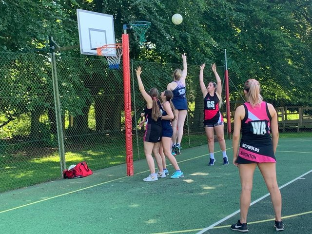 It was a nail-biting clash between Snowfinders and Knighton in the Market Harborough Netball League